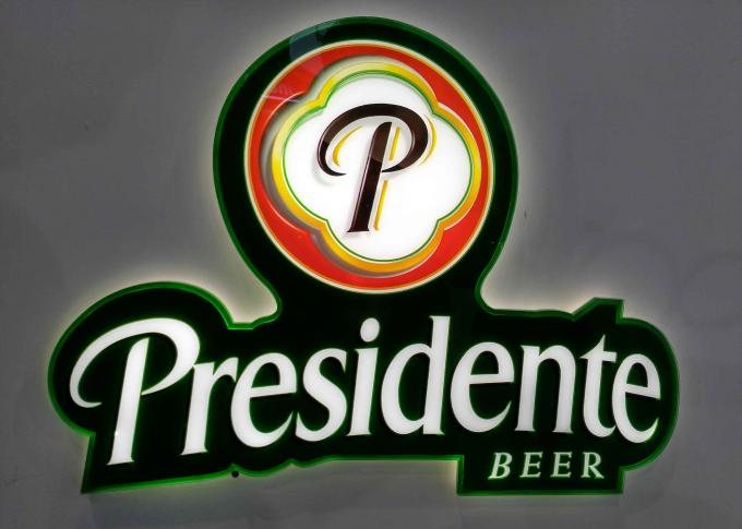 LED illuminated Beer Plexglass Bar Sign For Displaying Beer Customized Logo Shape